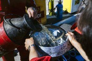 Механики Lotus проводят дозаправку на пит-лейне