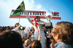 Podio: ganador de la carrera Emerson Fittipaldi, Lotus, tercer lugar Peter Revson, McLaren