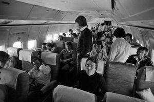 Pilotos y personal del equipo a bordo de un vuelo a Sao Paulo, incluyendo a Patrick Depailler, Tyrrell, Ronnie Peterson, Lotus y Tom Pryce