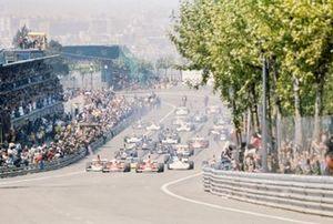 Pole sitter Niki Lauda, Ferrari 312T leads the field alongside team mate Clay Regazzoni, Ferrari 312T at the start