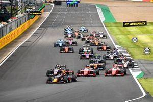 Liam Lawson, Hitech Grand Prix, Max Fewtrell, Hitech Grand Prix, Oscar Piastri, Prema Racing and Frederik Vesti, Prema Racing at the start of the race