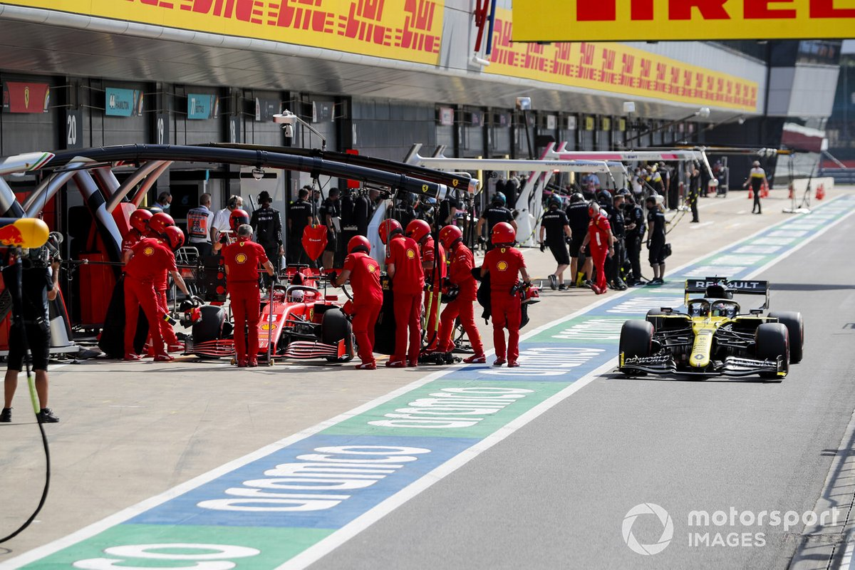 Daniel Ricciardo, Renault F1 Team R.S.20, passa Sebastian Vettel, Ferrari SF1000, in pit lane