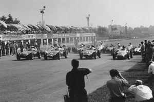 Stuart Lewis-Evans,Vanwall, in pole davanti al compagnio di squadra Stirling Moss, Tony Brooks e Juan Manuel Fangio, Maserati 250F, GP d'Italia del 1957