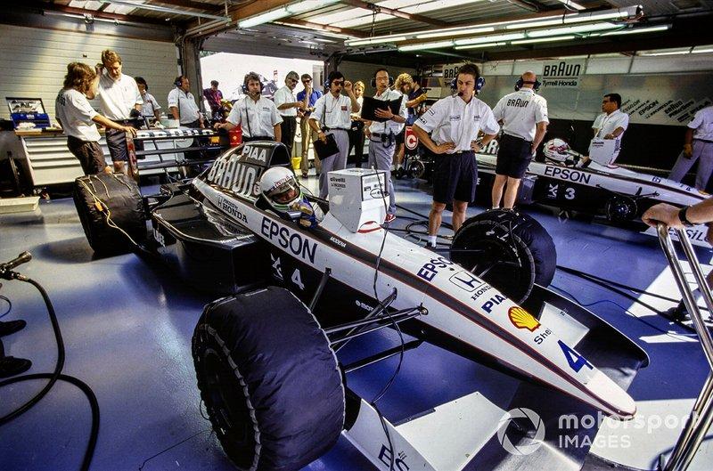 Stefano Modena, Tyrrell 020 Honda, in the pits alongside Satoru Nakajima, Tyrrell 020 Honda