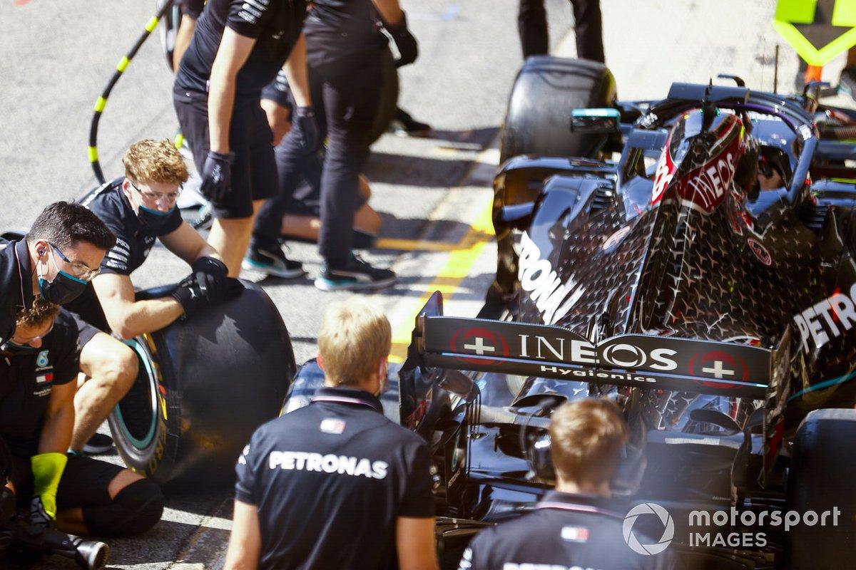 El equipo de boxes de Mercedes practica su rutina de pit stop con el monoplaza de Lewis Hamilton, Mercedes F1 W11 EQ Performance