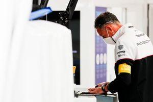 Un membre du team Andre Lotterer Tag Heuer Porsche au travail dans le stand