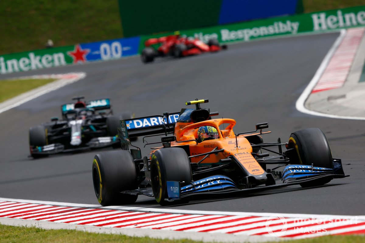 Lando Norris, McLaren MCL35, precede Lewis Hamilton, Mercedes F1 W11