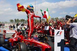 El ganador de la carrera Fernando Alonso, Ferrari celebra