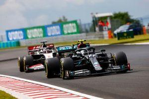 Valtteri Bottas, Mercedes F1 W11, leads Romain Grosjean, Haas VF-20