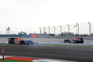Mark Webber, Red Bull Racing RB6 Renault y Sebastian Vettel, Red Bull Racing RB6 Renault chocan y giran