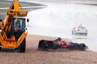 Vitantonio Liuzzi, Toro Rosso STR2, sort de la piste à l'endroit où une grue opère