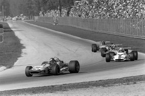 Ronnie Peterson, March 701 Ford devant George Eaton, BRM P153 et Chris Amon, March 701 Ford
