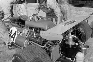 Los mecánicos trabajan en el Brabham BT33 Ford de Jack Brabham