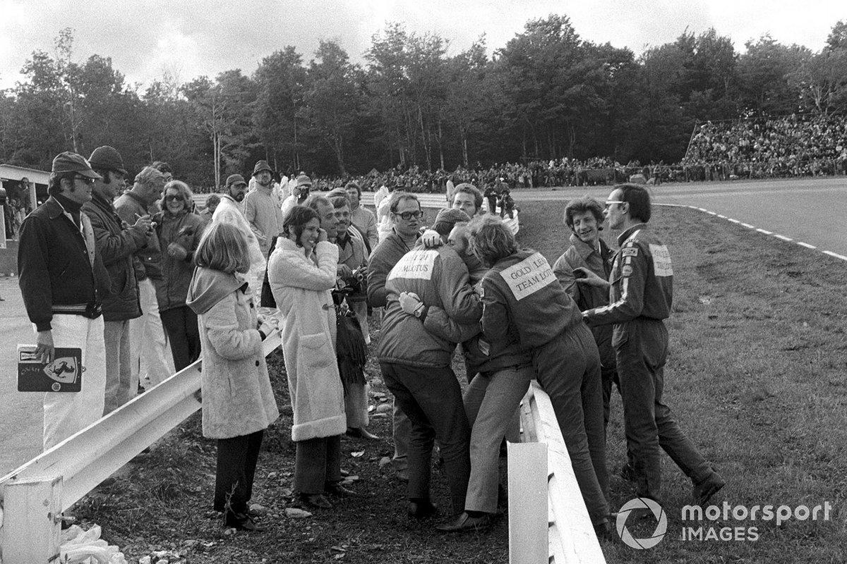 Colin Chapman é abraçado por seus mecânicos após a vitória de Emerson Fittipaldi, garantindo o Campeonato Mundial para Jochen Rindt