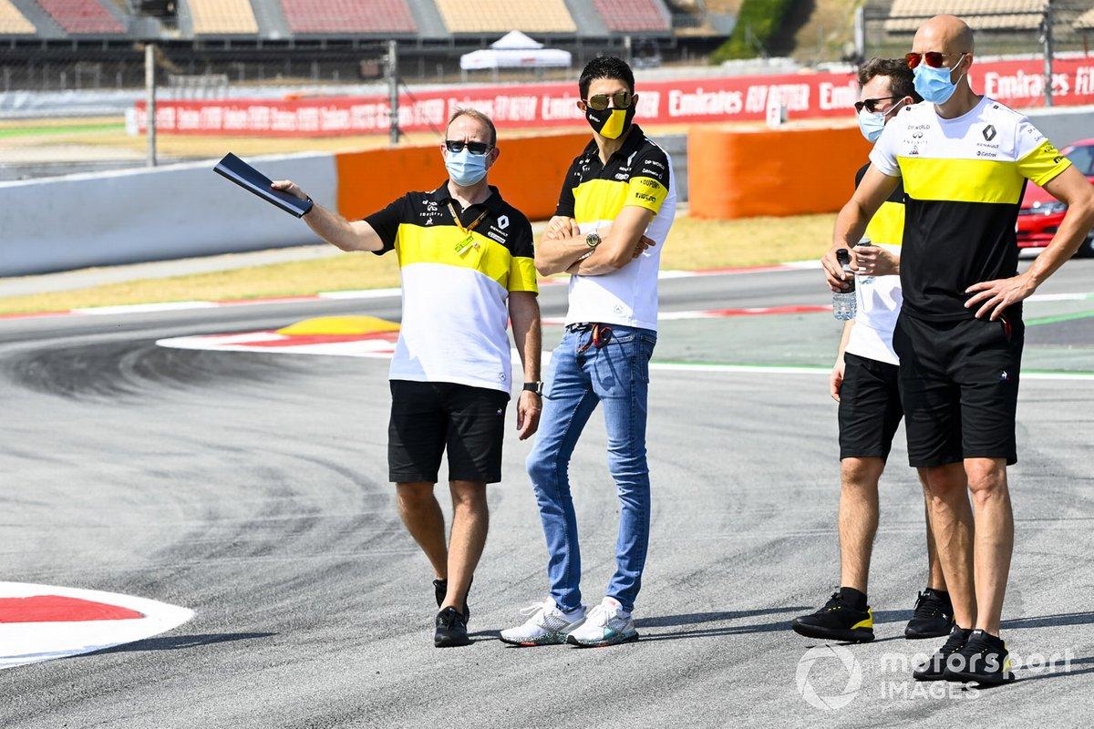 Esteban Ocon, Renault F1 camina por la pista con el equipo