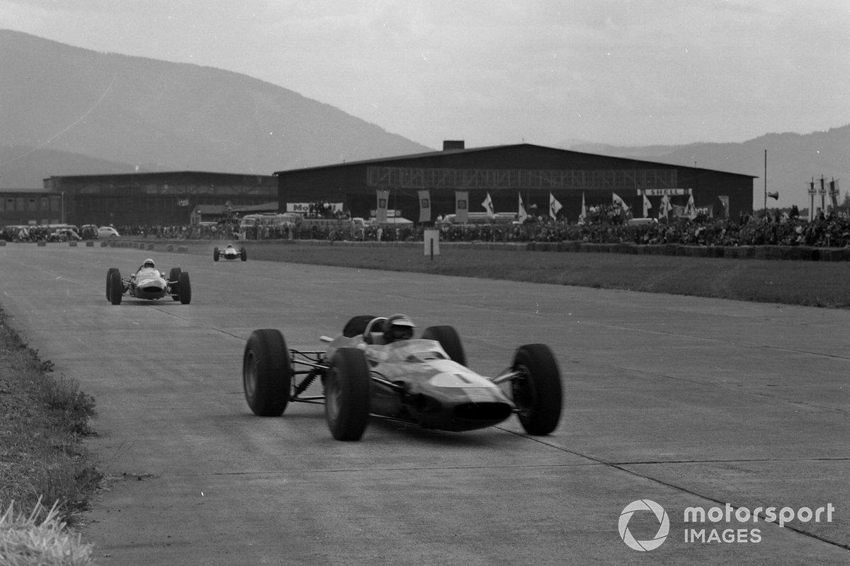 Тем временем Кларк (№1), пройдя к тому времени и Бандини, поднялся на второе. Однако как пилот Lotus ни старался, сократить 13-секундное отставание от лидера ему не удавалось