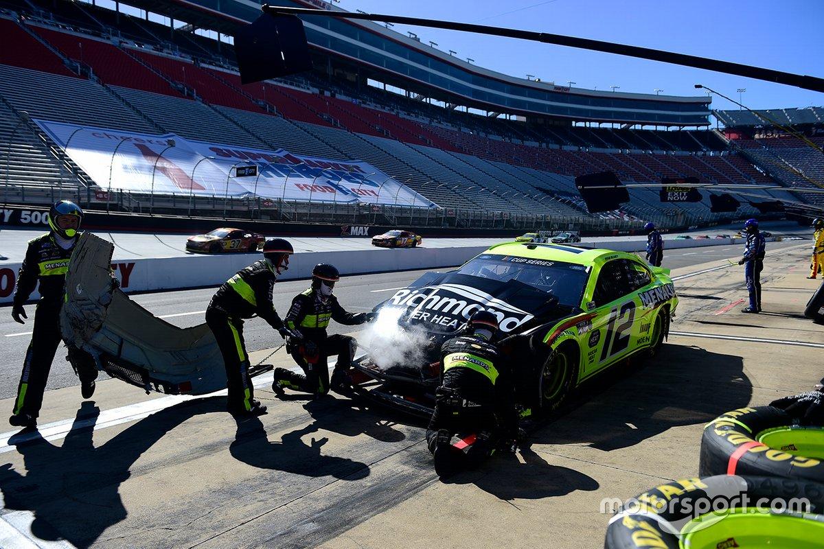 Ryan Blaney, Team Penske, Ford pits después de un impacto de giro