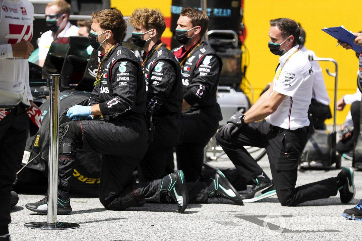 Los mecánicos del Mercedes se arrodillan