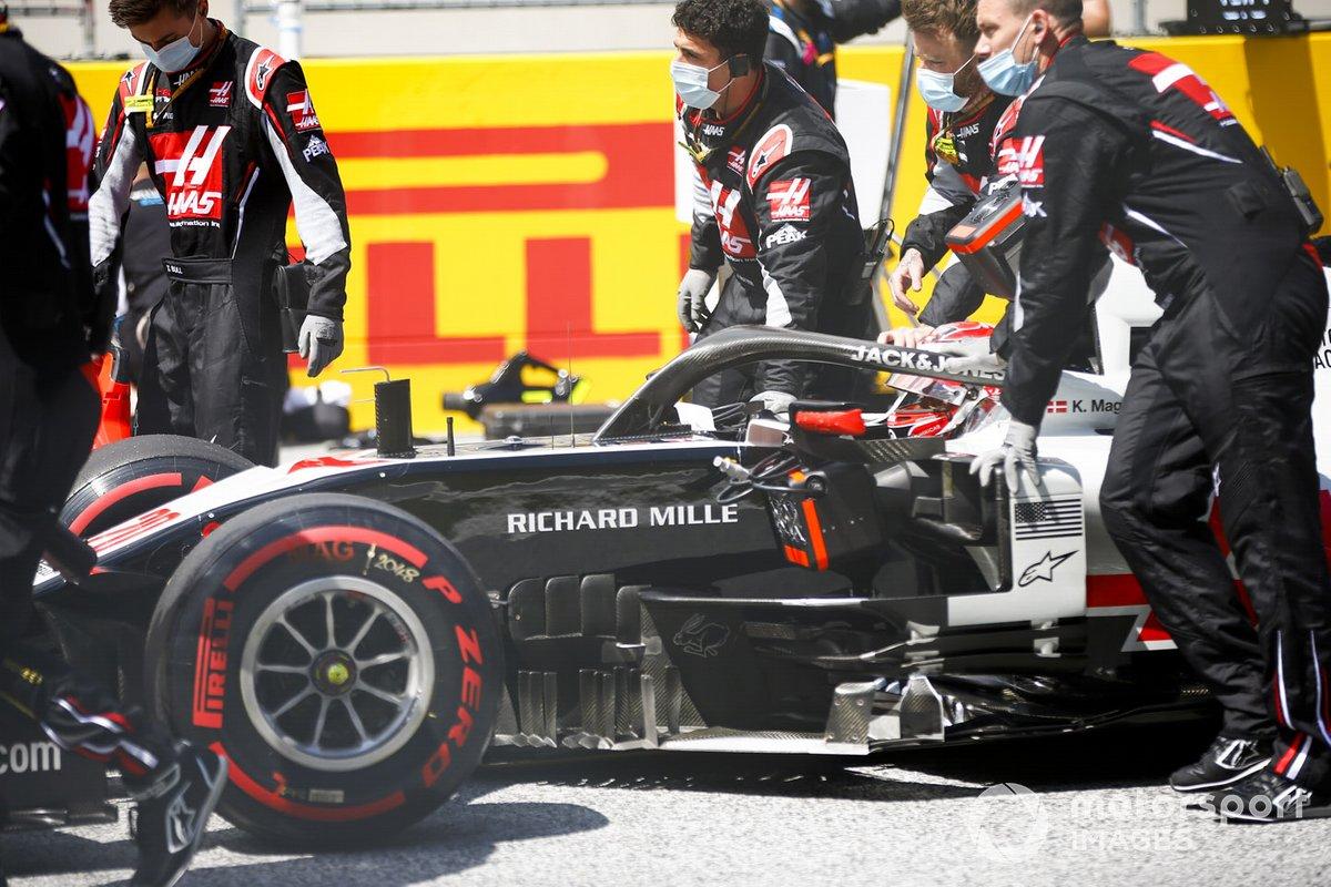 Kevin Magnussen, Haas VF-20, arrives on the grid