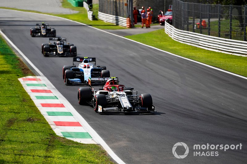 Antonio Giovinazzi, Alfa Romeo Racing C38, precede Robert Kubica, Williams FW42, Romain Grosjean, Haas F1 Team VF-19, e Kevin Magnussen, Haas F1 Team VF-19