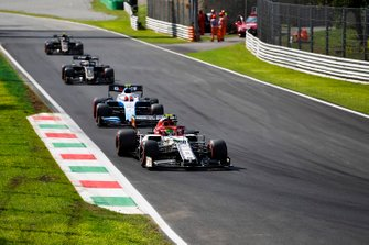 Antonio Giovinazzi, Alfa Romeo Racing C38, leads Robert Kubica, Williams FW42, Romain Grosjean, Haas F1 Team VF-19, and Kevin Magnussen, Haas F1 Team VF-19