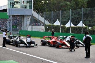 Charles Leclerc, Ferrari SF90, Lewis Hamilton, Mercedes AMG F1 W10, y Valtteri Bottas, Mercedes AMG W10, en la parrilla de salida tras la calificación