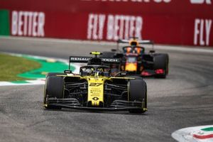 Nico Hulkenberg, Renault F1 Team R.S. 19, leads Max Verstappen, Red Bull Racing RB15