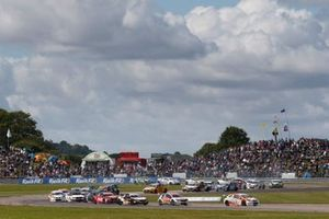 Partenza di gara 1 al Thruxton II, Sam Tordoff, AMD Tuning Honda Civic leads
