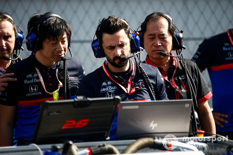 Toyoharu Tanabe, F1 Technical Director, Honda, and Toro Rosso engineers on the grid