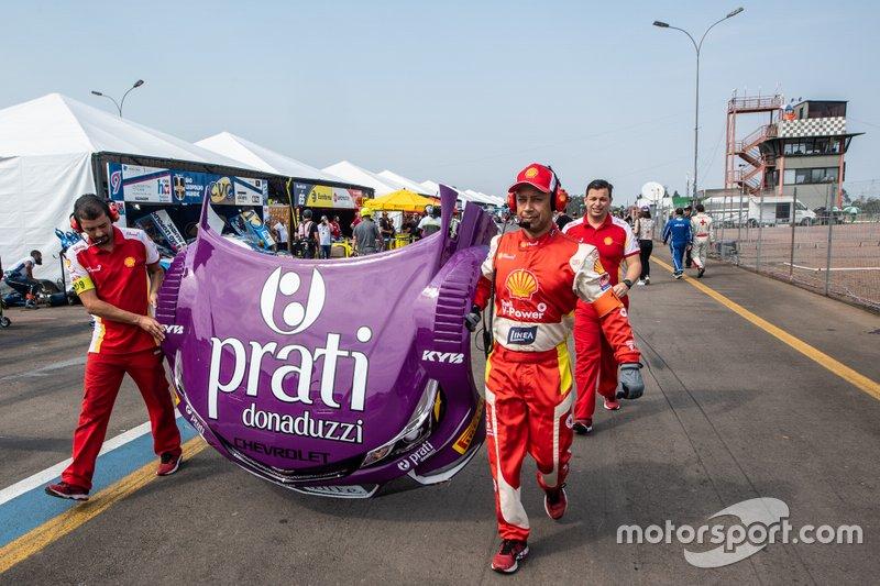 Transplante de capôs dos carros Shell e Prati Donaduzzi na etapa do Velopark