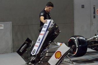 Meccanico della Mercedes AMG F1 con il musetto dell'Alfa Romeo Racing C38