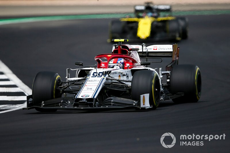 Antonio Giovinazzi, Alfa Romeo Racing C38, precede Daniel Ricciardo, Renault F1 Team R.S.19