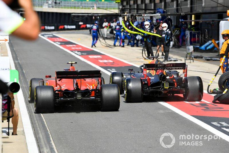 Charles Leclerc, Ferrari SF90 y Max Verstappen, Red Bull Racing RB15 rueda a rueda en el pit lane