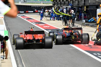 Charles Leclerc, Ferrari SF90 en Max Verstappen, Red Bull Racing RB15 gaan wiel aan wiel door de pitstraat