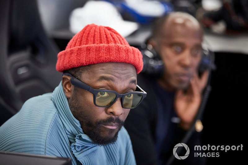 Will.i.am en el garaje de Mercedes con Anthony Hamilton