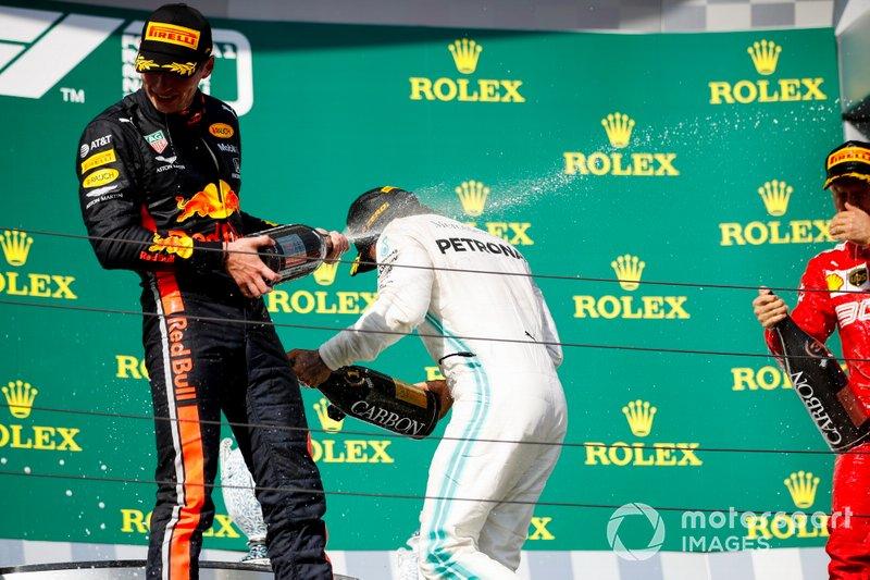 Il secondo classificato Max Verstappen, Red Bull Racing, il primo classificato, Lewis Hamilton, Mercedes AMG F1, e il terzo classificato Sebastian Vettel, Ferrari, festeggia con lo Champagne sul podio