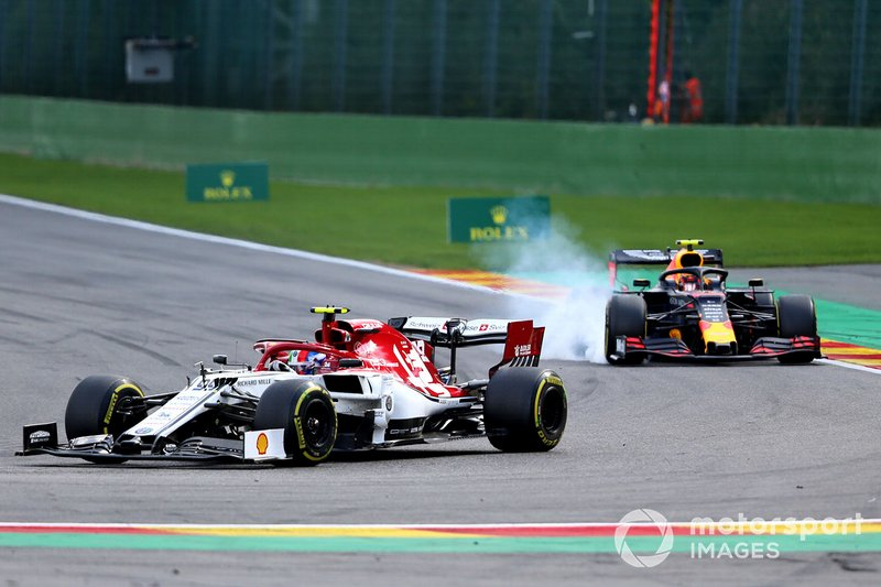 Antonio Giovinazzi, Alfa Romeo Racing C38, al frente de Alex Albon, Red Bull RB15