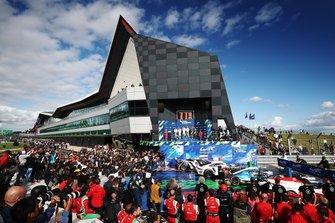 Подиум в LM GTE Pro: Джанмария Бруни и Рихард Лиц; Микаэль Кристенсен и Кевин Эстре, Porsche GT Team; Александр Линн и Максим Мартен, Aston Martin Racing