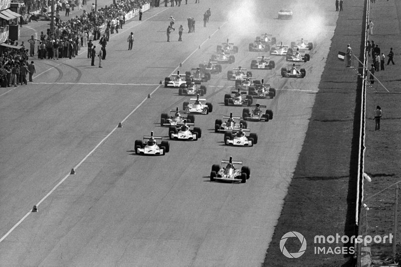 Niki Lauda, Ferrari 312B3 leads at the start of the race