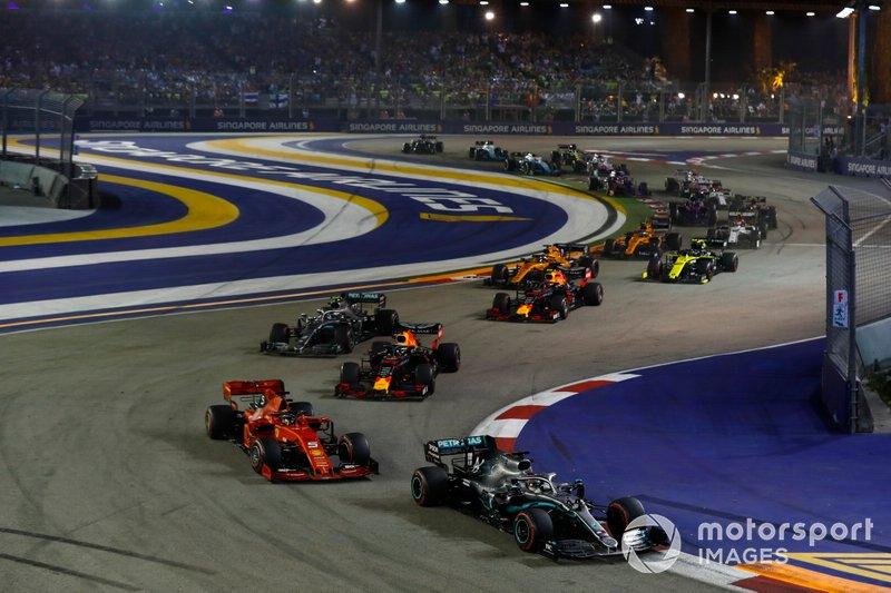 Lewis Hamilton, Mercedes AMG F1 W10, precede Sebastian Vettel, Ferrari SF90, Max Verstappen, Red Bull Racing RB15, Valtteri Bottas, Mercedes AMG W10, Alexander Albon, Red Bull Racing RB15, Carlos Sainz Jr., McLaren MCL34, e il resto delle auto all'inizio della gara