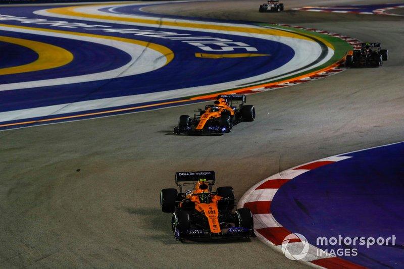 Lando Norris, McLaren MCL34, precede Carlos Sainz Jr., McLaren MCL34
