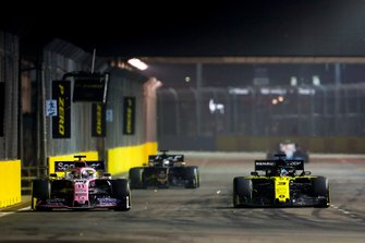 Sergio Perez, Racing Point RP19 and Daniel Ricciardo, Renault F1 Team R.S.19 battle