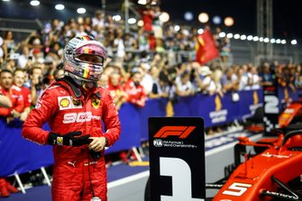 Sebastian Vettel, Ferrari, 1ª posición, celebra en el Parc Ferme