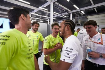 Lewis Hamilton, Mercedes AMG F1 celebran con el equipo Mercedes
