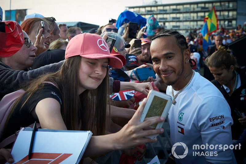 Lewis Hamilton, Mercedes AMG F1, firma autografi ai fan