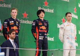 Yuki Tsunoda, Jenzer Motorsport, Jake Hughes, HWA RACELAB e Liam Lawson, MP Motorsport sul podio
