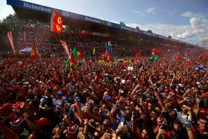 Les fans se réunissent pour fêter la victoire à domicile de Ferrari