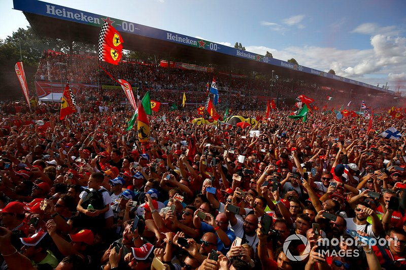 Fan esultano per la Ferrari