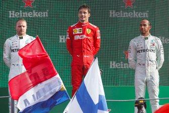 Valtteri Bottas, Mercedes AMG F1, il vincitore della gara Charles Leclerc, Ferrari e Lewis Hamilton, Mercedes AMG F1 sul podio