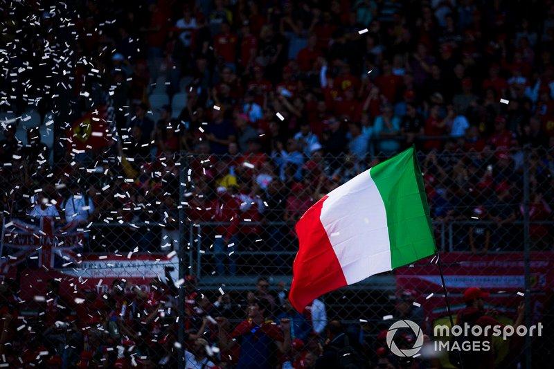 Fan festeggiano la vittoria in casa per la Ferrari